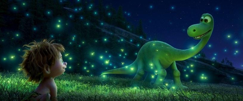 """""""Dobry dinozaur"""" opowiada niezwykłą historię, która mogłaby się wydarzyć, gdyby miliony lat temu ogromna asteroida nie uderzyła w naszą planetę, a żyjące wówczas dinozaury nigdy nie wyginęły. Najnowsza produkcja studia Disney/Pixar to wyprawa do niesamowitego świata, w którym możliwa jest przyjaźń między człowiekiem i... dinozaurem."""