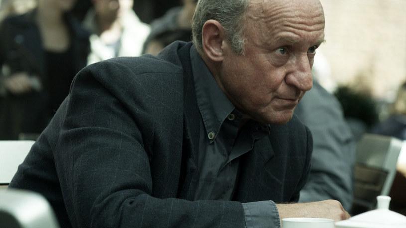 """Już w najbliższą niedzielę, 29 listopada, w serialu HBO """"Pakt"""" pojawi się Piotr Fronczewski. Wciela się w postać profesora Lecha Strojnowskiego, który związany jest z katolickim środowiskiem inteligenckim."""