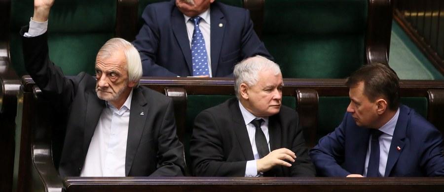 """""""Handelsblatt"""", czołowy dziennik niemieckich kół biznesowych, uważa, że aby zapobiec dalszemu zaostrzeniu sytuacji powstałej po wygranych przez PiS wyborach,  kanclerz Angela Merkel powinna jak najszybciej spotkać się z """"nadpremierem"""" Jarosławem Kaczyńskim."""