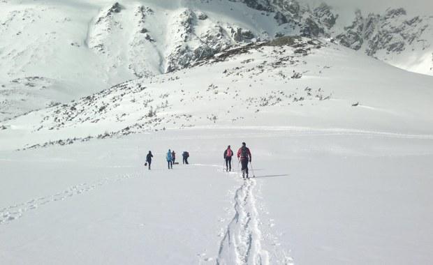 """Coraz więcej osób szuka wypoczynku bez tłumu, a sprzęt można kupić bez trudu - tak rosnące z roku na rok zainteresowanie narciarstwem skiturowym w naszym kraju tłumaczy Wojciech Szatkowski, autor wydanego właśnie przewodnika """"Tatry na nartach"""". Jak dodaje, """"skituring to ostatnia faza narciarstwa dla każdego narciarza"""", a Tatry to wspaniałe miejsce na skitury. W najwyższych polskich górach można w ten sposób pokonać 200 km tras, porównywalnych nawet z tymi w Alpach. W rozmowie z RMF FM autor radzi też, jak przygotować się do sezonu i zdradza, co ze skituringem wspólnego mają... sardynki."""