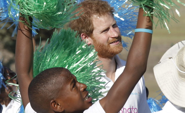"""Odwiedzający afrykańskie sieroty w Lesotho książę Harry podzielił się z nimi tym, czego doświadczył on sam po śmierci księżnej Diany. Mówił o """"wielkiej pustce"""" po stracie matki."""