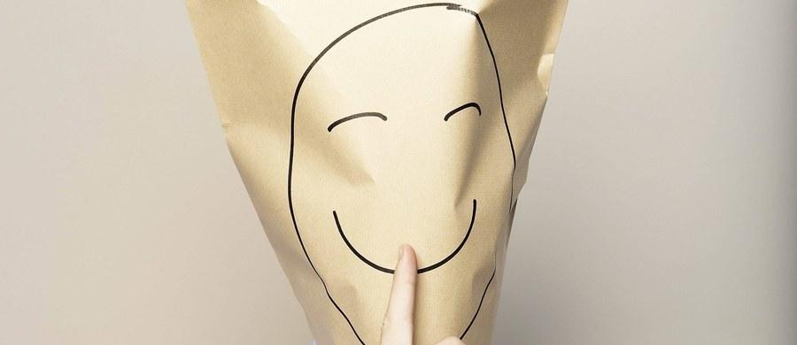"""Uczciwi lub nieuczciwi często bywamy z wygody - twierdzą kanadyjscy psychologowie i zachęcają do tego, żeby w życiu publicznym tworzyć warunki do uczciwego pójścia po linii najmniejszego oporu. Na łamach czasopisma """"Journal of Experimental Social Psychology"""" piszą, że zwykle nie lubimy się wysilać i w chwili moralnej wątpliwości wybieramy często właśnie najłatwiejsze rozwiązanie, które nie wymaga od nas żadnego wysiłku."""