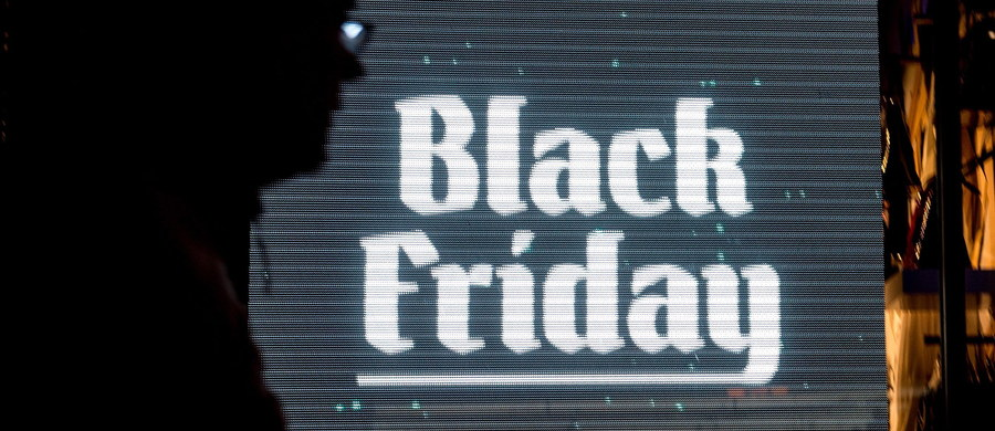 """Tegoroczny """"Czarny piątek"""" (Black Friday) w USA był rekordowy pod względem zakupów przez internet. Pierwszy piątek po Dniu Dziękczynienia uznawany jest za początek sezonu zakupów przed świętami Bożego Narodzenia. By zdobyć klientów, w tym dniu sieci handlowe wprowadzają największe promocje."""