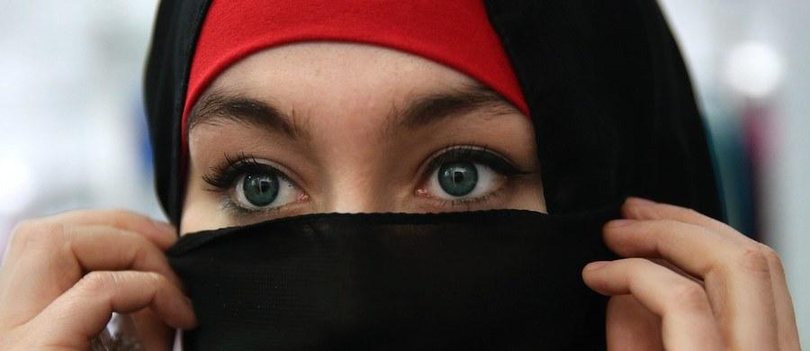 """""""Urodziłam potwora"""" - takie mocne słowa padły z ust 41-letniej kobiety z Rosji, której córka wstąpiła w szeregi bojowników Państwa Islamskiego. Z matką 20-letniej Fatimy udało się porozmawiać dziennikarzom gazety """"The Siberian Times""""."""