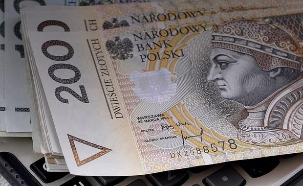 Prezydent Andrzej Duda podpisał ustawę wprowadzającą nową 70-procentową stawkę podatku od niebotycznych odpraw prezesów spółek z państwowym udziałem. Nowe przepisy mają ograniczyć - jak tłumaczą autorzy ustawy - zbyt wysokie odprawy i odszkodowania wynikające z zakazu konkurencji. Część prawników, z którymi rozmawiał reporter RMF FM Krzysztof Berenda, twierdzi jednak, że ustawa nie obejmie największych firm i że będzie można ominąć jej przepisy.
