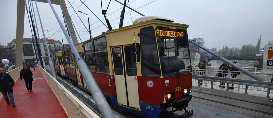 """Autobusy i tramwaje Miejskich Zakładów Komunikacyjnych w Bydgoszczy wróciły na trasy. Pracownicy MZK zawiesili strajk po tym, jak do dymisji podał się nowy szef spółki - a m.in. jego odejścia domagali się protestujący. Strajk rozpoczął się o poranku i - jak się szacuje - mógł dotknąć nawet 150 tysięcy pasażerów. """"Jest fatalnie, szczególnie, jak się ma małe dziecko. Właściwie nie ma jak się przemieszczać. (...) Ciężko, ludzie nie mają jak dojechać do pracy"""" - mówili reporterowi RMF FM Pawłowi Balinowskiemu mieszkańcy Bydgoszczy. Pojawiło się jednak również wiele głosów poparcia dla strajkujących."""