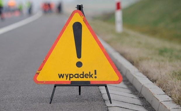 5 osób rannych i zablokowany fragment estakady Kwiatkowskiego w Gdyni. To efekt czołowego zderzenia auta osobowego ze szkolnym autokarem.