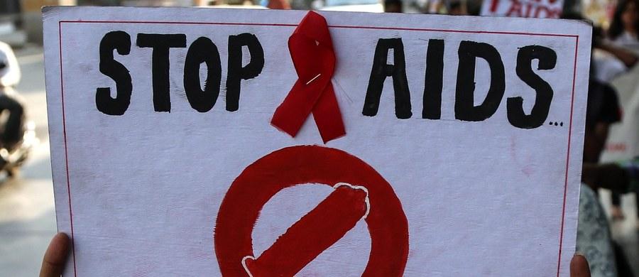 Na świecie żyje 2,6 mln dzieci poniżej 15. roku życia, które są zakażone wirusem HIV. Tylko jedno na troje objęte jest leczeniem – podaje UNICEF w Światowym Dniu Walki z AIDS. Alarmuje, że w ciągu 15 lat liczba zgonów nastolatków zakażonych HIV wzrosła trzykrotnie. Szacuje się też, że w Polsce z wirusem HIV żyje blisko 35 tysięcy osób.