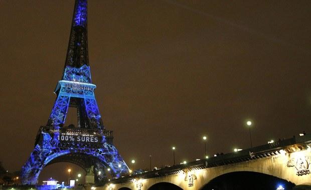 """Paryż mierzy się z ekonomicznymi skutkami zamachów z 13 listopada. Do stolicy Francji przyjeżdża mniej turystów, wielu z nich odwołuje rezerwacje w hotelach. Dlatego też premier Francji apeluje, żeby chcący odwiedzić Paryż nie rezygnowali z przyjazdu. """"Tu jest bezpiecznie"""" - zaapelował Manuel Valls."""