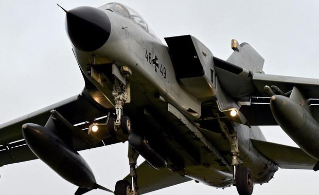 """Niemiecki rząd podjął decyzję o udziale Bundeswehry w kampanii militarnej przeciwko Państwu Islamskiemu w Syrii - poinformował rzecznik tego rządu Steffen Seibert. Ma to być wyraz solidarności Berlina z Paryżem po niedawnych krwawych zamachach terrorystycznych we francuskiej stolicy. Za Oceanem z kolei szef Pentagonu Ash Carter poinformował, że USA wysyłają do walki z ISIS w Iraku nowe """"specjalistyczne siły ekspedycyjne"""", a także są gotowe do zwiększenia obecności swych sił specjalnych w Syrii. Równocześnie jednak podkreślił m.in., że """"świat też musi robić więcej""""."""