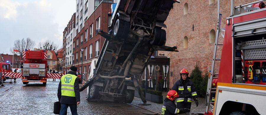 Dwie osoby trafiły do szpitala po wypadku, do którego doszło w Gdańsku. Przed hotelem przy ulicy Szafarnia przewrócił się podnośnik koszowy.