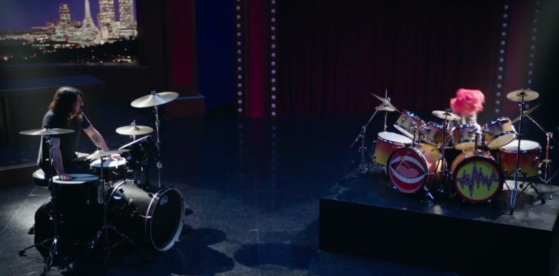 W końcu musiało do tego dojść - zobaczcie perkusyjny pojedynek Dave'a Grohla ze Zwierzakiem z Muppetów!
