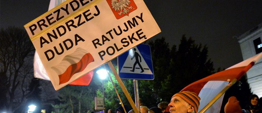 Po dwóch stronach ulicy biało-czerwone flagi. Naprzeciw siebie przy ulicy Matejki w Warszawie stanęli w środowy wieczór członkowie Solidarnych 2010 i sympatycy Partii Razem. Jedni to zwolennicy zmian w Trybunale; drudzy uważają, że szybkie wybory nowych sędziów Trybunału Konstytucyjnego to atak na demokrację.