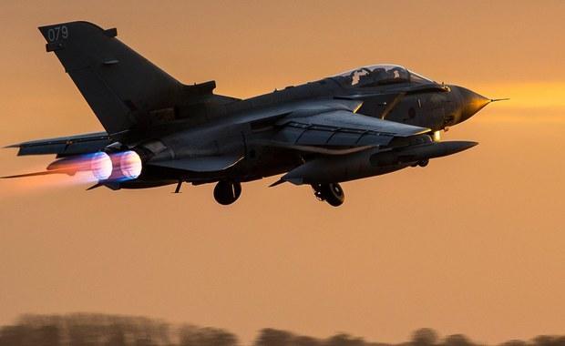 Brytyjska Izba Gmin wyraziła zgodę na rozszerzenie działań zbrojnych przeciwko Państwu Islamskiemu. Przyjęto rządowy wniosek stosunkiem głosów 397: 223. Zaledwie kilka godzin po decyzji brytyjskie bombowce Tornado dokonały pierwszego nalotu.