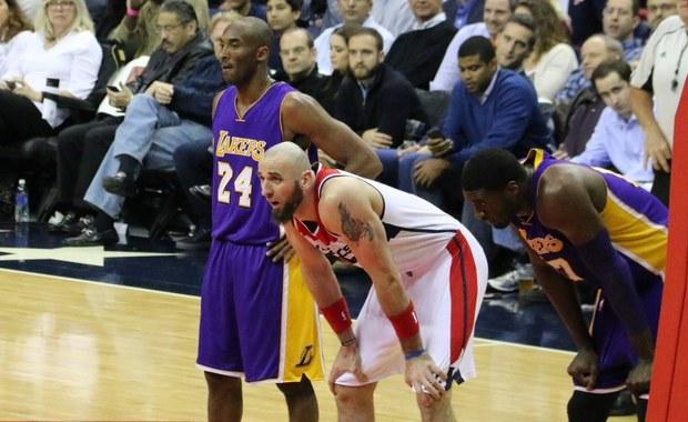 Washington Wizards przegrał u siebie z Los Angeles Lakers 104:108 w meczu koszykarskiej ligi NBA. Grający dla gospodarzy Marcin Gortat uzyskał 18 punktów i 10 zbiórek, zdobywając tym samym swoje trzecie z rzędu double-double i szóste w sezonie. 31 punktów dla gości zdobył Kobe Bryant.