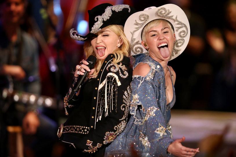 W sieci pojawiły się zdjęcia Miley Cyrus i Madonny, na których wokalistki prezentują się posiniaczone i pobite. Jak się okazuje, fotografie są częścią kampanii przeciwko przemocy domowej.
