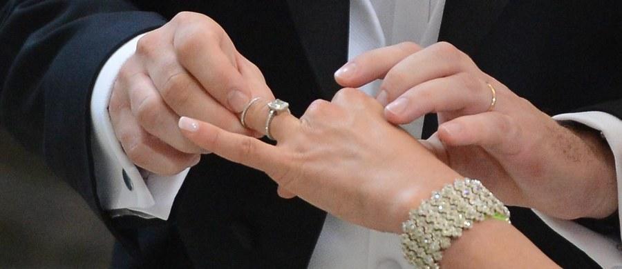 Polska zablokowała wraz z Węgrami unijne rozporządzenie regulujące sprawy majątkowe międzynarodowych małżeństw i związków partnerskich. To pierwsze weto rządu PiS w UE. Jego skutki odczują miliony zwykłych, polskich małżeństw mieszkających poza granicami Polski. Weto rządu oznacza, że zwykłe polskie małżeństwa np. w Niemczech, czy we Francji, nie będą mogły skorzystać z uproszczonych procedur dotyczących dziedziczenia, czy podziału majątku. I chodzi tu o małżeństwa i pary heteroseksualne a także jednopłciowe, których jest mniej.