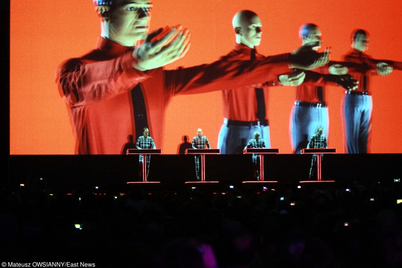 """Kraftwerk to jeden z najbardziej wpływowych zespołów w historii muzyki. Najprawdopodobniej bez niemieckiej formacji muzyka obecnie wyglądałaby zupełnie inaczej. Tym razem jednak zamiast długich wywodów na temat wyjątkowości muzyki słynnej """"Elektrowni"""", kilkoma przykładami wytłumaczę jak wiele zawdzięczamy zespołowi. 4 grudnia wystąpi on w Krakowie."""
