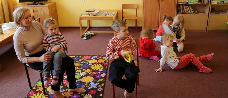 Ponad dwadzieścioro dzieci ewakuowanych pod koniec listopada z Mariupola i Donbasu idzie w poniedziałek po raz pierwszy do polskich szkół. Dla uczniów z Ukrainy przewidziano dodatkowe godziny polskiego.