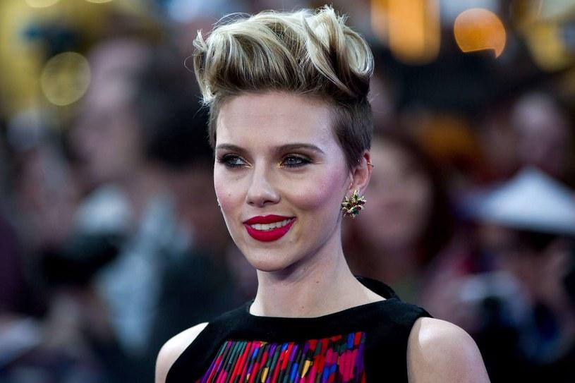 """Scarlett Johansson opowiedziała o swej roli filmie """"Kapitan Ameryka: Wojna bohaterów"""". Aktorka, wcielająca się w postać Czarnej Wdowy w adaptacjach komiksów Marvela, opisała swą bohaterkę jako """"mediatora"""" pomiędzy zwaśnionymi grupami superbohaterów."""