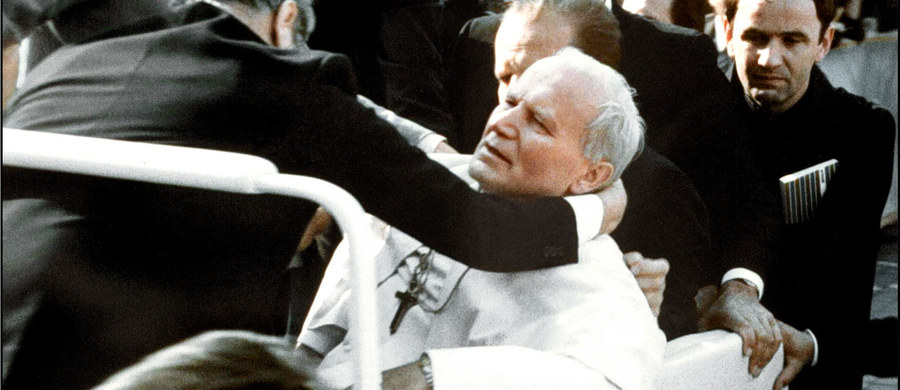 """Niemieckie służby specjalne zacierały ślady, by teza, że za zamachem na papieża Jana Pawła II stały służby bułgarskie nie ujrzała światła dziennego – twierdzą autorzy książki """"Agca nie był sam"""" Michał Skwara i Andrzej Grajewski. Książka """"Agca nie był sam"""" o udziale komunistycznych służb w zamachu na papieża została wydana przez IPN w Katowicach i tygodnik """"Gość Niedzielny"""". Jest już drugą, po książce """"Papież musiał zginąć. Wyjaśnienia Ali Agcy"""" tych samych autorów próbą przybliżenia kulis, przygotowań, przebiegu i konsekwencji zamachu na papieża Jana Pawła II z 13 maja 1981 r."""