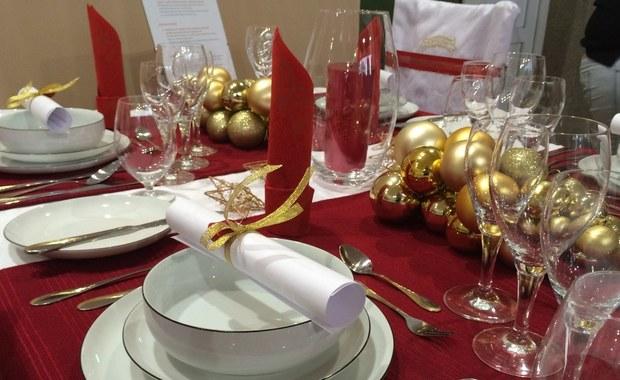 Kolory: srebrny, biały, bordo i złoty, z dodatkiem świerku lub jodły – dominują w dekoracjach na świątecznych stołach zaproponowanych przez uczniów łódzkiej szkoły gastronomicznej. Stół na Wigilię można udekorować na wiele sposobów. Często wystarczy niewiele tanich dodatków, takich jak świece, serwetki i własnoręcznie zrobione stroiki.