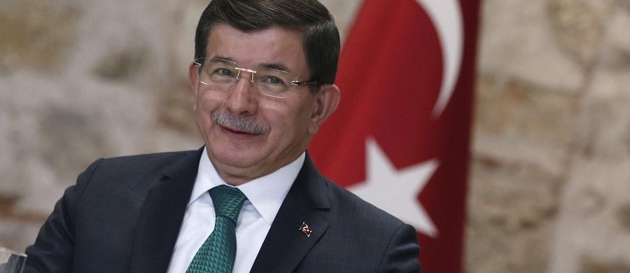 Według premiera Turcji Ahmeta Dawutoglu, Rosjanie zmuszają do ucieczki z północnej Syrii ludność turkmeńską i sunnicką, po to by chronić swoje bazy wojskowe.