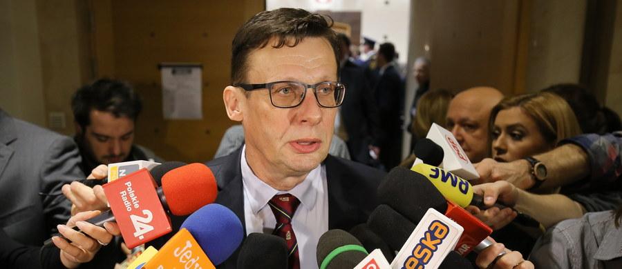 """""""Będziemy respektować wyrok Trybunału konstytucyjnego w kwestii przepisów, które ten uznał za niekonstytucyjne. Nie zmienia to faktu, że procedura wyboru nowych sędziów zakończyła się wraz z ich ślubowaniem przed prezydentem"""" - mówił po dzisiejszym wyroku TK przedstawiciel Sejmu Marek Ast z Prawa i Sprawiedliwości. Trybunał orzekł, że szereg przepisów nowelizacji ustawy o TK autorstwa PiS jest niezgodnych z Konstytucją."""
