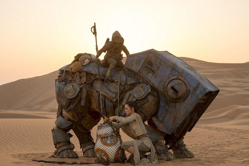 """Bilety na pierwsze seanse najbardziej oczekiwanego filmu roku zgodnie z przewidywaniami rozchodzą się w błyskawicznym tempie. Fani """"Gwiezdnych wojen"""", którzy nie zdążyli dotąd nabyć biletów, nie mają jednak powodów do obaw. Kina zapowiadają dodatkowe pokazy najnowszej części legendarnej sagi. Biletów nie powinno zabraknąć dla nikogo!"""