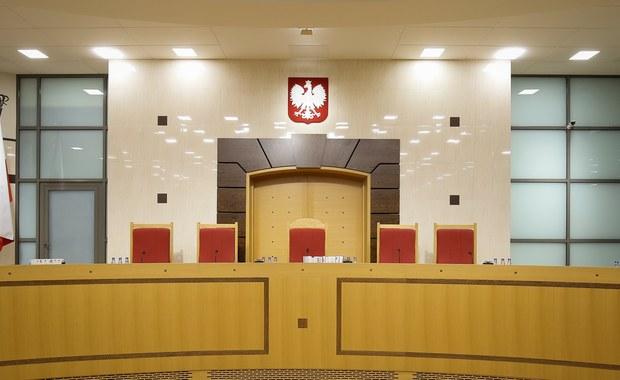 Krótka lista płac Trybunału Konstytucyjnego. Jak ustalił nasz reporter Grzegorz Kwolek, w tej chwili pensje dostaje tylko dziesięciu sędziów. Cała reszta - piątka wybrana przez koalicję PO-PSL i pięcioro sędziów wybranych przez PiS i zaprzysiężonych już przez prezydenta Dudę - nie dostała jeszcze ani złotówki i nie została dopuszczona do prac Trybunału.