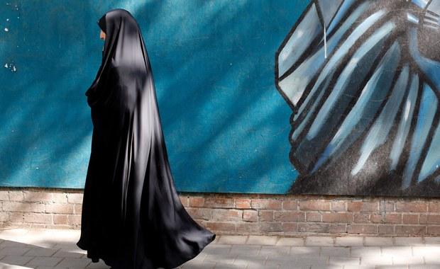 O godzinie 8 czasu miejscowego (6 czasu polskiego) w Arabii Saudyjskiej rozpoczęły się pierwsze w historii wybory, w których udział mogą brać kobiety. Wyłonieni zostaną członkowie samorządu terytorialnego. W lokalach wyborczych mężczyźni i kobiety głosują oddzielnie.