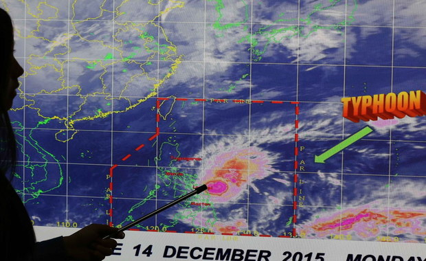 Tysiące mieszkańców wschodnich Filipin zostało ewakuowanych przed atakiem tajfunu Melor. Żywioł powoduje lokalne powodzie i lawiny błotne. Szybkość wiatru sięga 150 km/h, a w porywach nawet 185 km/h. Fale na morzu osiągają wysokość 4 metrów.