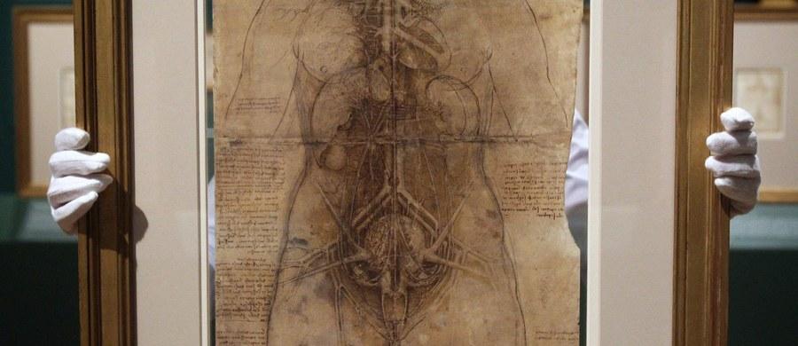 """""""Badania miały pewien systematyzm i były pełne spostrzeżeń naukowych. Nieprawdopodobny zmysł obserwatora, który był u Leonarda da Vinci i zmysł syntezy – to jest to, co mnie rzuciło na kolana"""" – mówi gość """"Dania do Myślenia"""" w RMF Classic, ortopeda i wykładowca anatomii czynnościowej na WUM Dariusz Białoszewski. Mowa o polskim wydaniu rysunków anatomicznych da Vinci """"Mechanika człowieka"""". Białoszewski jest autorem przedmowy do tego dzieła. """"Najbardziej kręcące w tym wszystkim jest śledzenie myśli i rozumowania Leonarda. Z jego rysunków wynika, że uznawał człowieka za sztukę. Poszanowanie i kult ciała był ogromny"""" – uważa gość RMF Classic. """"Fascynowało mnie jego myślenie jak to wszystko ze sobą działa – to, co nazywamy w tej chwili anatomią czynnościową"""" – dodaje ortopeda. Zdaniem Białoszewskiego """"człowieka można postrzegać również jako pewne dzieło sztuki inżynierskiej"""". """"To się też przekłada bezpośrednio na myślenie Leonarda o maszynach"""" – mówi gość """"Dania do Myślenia""""."""
