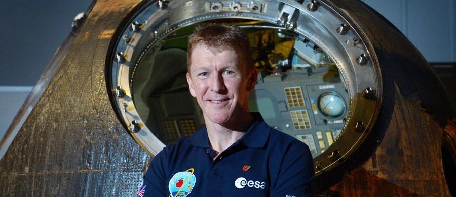 """Pierwszy brytyjski astronauta, który zamieszka w międzynarodowej stacji kosmicznej, jest już gotowy do lotu. Major Tim Peake wystartuje jutro w rosyjskiej rakiecie z Bajkonuru. 43-letni astronauta zabierze ze sobą przyrząd, bez którego Brytyjczyk w kosmosie byłby bezradny, czyli specjalną filiżankę, której można używać w stanie nieważkości. Popijając herbatę, obejrzy """"Gwiezdne Wojny""""."""