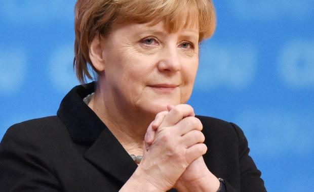 """Kanclerz Angela Merkel zapowiedziała podczas zjazdu swej partii CDU w Karlsruhe """"odczuwalną redukcję"""" liczby imigrantów napływających do Niemiec; broniła jednak swojej polityki wobec uchodźców uznawanej przez część partii za zbyt liberalną. W przemówieniu do delegatów Merkel zaznaczyła, że kryzys migracyjny stanowi """"historyczne wyzwanie"""" dla całej Europy."""