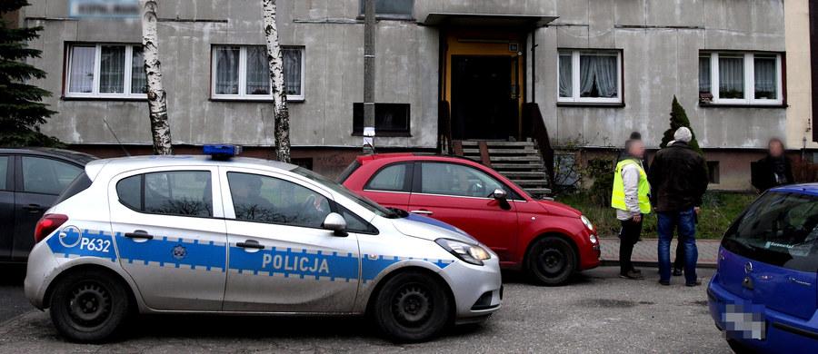 Rodzinna tragedia w Rudzie Śląskiej. W jednym z mieszkań znaleziono trzy ciała - 43-letniej kobiety i dwóch jej synów w wieku 6 i 13 lat. Wszyscy mają ślady po ugodzeniu najprawdopodobniej nożem. 44-letni ojciec chłopców walczy o życie w szpitalu. Mężczyzna przeszedł już operację. Prokuratura wszczęła śledztwo pod kątem zabójstwa.