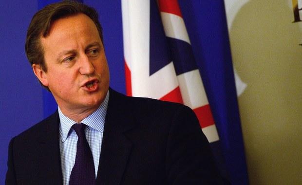 Miały być renegocjacje Unijnych Traktatów, przestrajanie relacji z Bruksela na nowa częstotliwość, a jest coraz większy stan europejskiej nieważkości. Tak ostanie kilka dni brytyjskiej polityki zagranicznej określają komentatorzy. Premier David Cameron przed wygranymi przez Konserwatystów wyborami obiecał społeczeństwu referendum w sprawie dalszego członkostwa Wielkiej Brytanii w Unii Europejskiej. To nie była jedyna obietnica. Wcześniej - jak podkreślał - wynegocjuje dla swojego kraju w Brukseli spore ustępstwa. Najważniejszymi elementami jego planu była propozycja wprowadzenie ograniczeń w świadczeniach dla imigrantów z krajów Unii - zasiłki po czterech latach płacenia podatków i na pewno nie na dzieci, jeśli nie mieszkają z rodzicami w Wielkiej Brytanii.