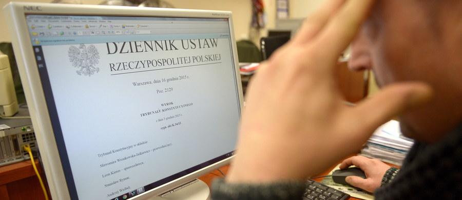 Wyrok Trybunału Konstytucyjnego z 3 grudnia ws. przyjętej w czerwcu ustawy o TK został opublikowany w Dzienniku Ustaw. Sprawa publikacji orzeczenia wywoływała w ostatnim czasie wielkie emocje. W ubiegły czwartek szefowa kancelarii premiera Beata Kempa napisała w liście do prezesa TK Andrzeja Rzeplińskiego, że publikacja wyroku Trybunału jest wstrzymana w związku z wątpliwościami, czy w sprawie orzekał właściwy skład TK. Po tej informacji wybuchł gwałtowny spór. Ostatecznie premier Beata Szydło zapowiedziała wczoraj w Sejmie, że orzeczenie będzie opublikowane w terminie. Zgodnie z konstytucją, wyrok TK wchodzi w życie po publikacji w dzienniku urzędowym.