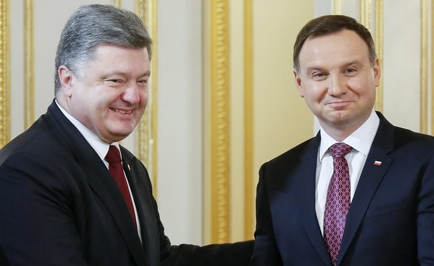 Wizyta prezydenta Polski Andrzeja Dudy na Ukrainie potwierdziła mocne partnerstwo między Warszawą i Kijowem i rozwiała obawy, że Polska i Ukraina oddalają się od siebie - podkreślają dzień po zakończeniu prezydenckiej wizyty ukraińskie gazety. Zwracają również uwagę, że Andrzej Duda zaprosił prezydenta Ukrainy Petra Poroszenkę na przyszłoroczny szczyt NATO w Warszawie - zdaniem cytowanych ekspertów, to ważny sygnał dla kwatery głównej Sojuszu Północnoatlantyckiego.
