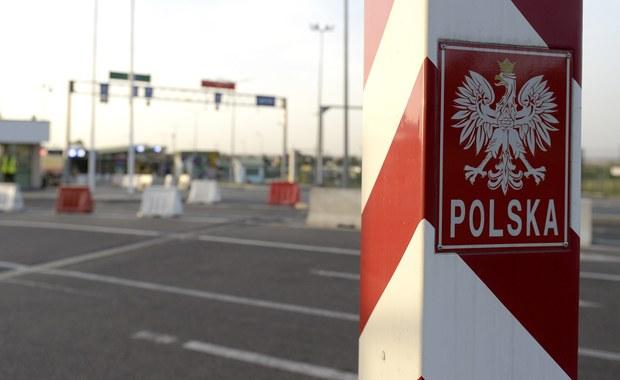 Dzień po przedstawieniu propozycji utworzenia Europejskiej Straży Granicznej i Przybrzeżnej liderzy największych frakcji w Parlamencie Europejskim poparli ten wywołujący kontrowersje pomysł. Szef KE przekonywał, że zwiększenie kontroli to konieczność, by zachować Schengen. Jak informowała korespondentka RMF FM Katarzyna Szymańska-Borginon, która pierwsza dotarła do projektu KE, propozycja zakłada, że w sytuacji, gdyby jakiś kraj członkowski nie radził sobie z kontrolowaniem zewnętrznych granic UE, unijny korpus będzie mógł kontrolować je bez zgody takiego państwa - a nawet wbrew jego woli. Projektowi sprzeciwia się m.in. Polska.