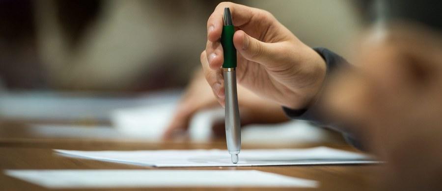 Przytłaczająca większość nauczycieli gimnazjów boi się, że po likwidacji tych szkół - zapowiedzianej przez resort edukacji - nie znajdzie pracy. Tak wynika z ankiety przeprowadzonej wśród 71 467 nauczycieli przez Związek Nauczycielstwa Polskiego. Ponadto blisko 90 procent z nich uważa, że likwidacja gimnazjów nie usunie problemów wychowawczych z młodzieżą, na które powołują się autorzy reformy.