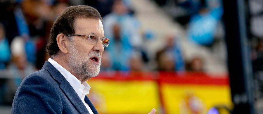 Premier Hiszpanii Mariano Rajoy został uderzony pięścią w twarz przez 17-latka w Ponteverda na północy kraju - informuje agencja EFE. Napastnik rzucił się potem na jednego z ochroniarzy szefa rządu.Chłopaka szybko udało się obezwładnić i zatrzymać.
