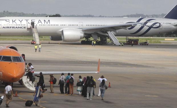 """Samolot linii Air France lecący z Mauritiusa do Paryża w sobotę późnym wieczorem lądował awaryjnie w Mombasie, w Kenii. Na pokładzie maszyny odkryto podejrzane urządzenie. Brytyjski dziennik """"The Independent"""" podał, że była to bomba. Kenijska policja nie potwierdziła jednak tej informacji."""