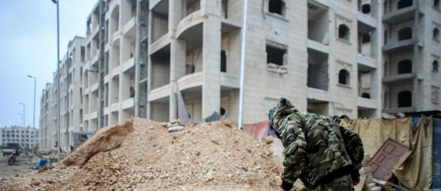 """Dziewięciu Rosjan zginęło w październiku na zachodzie Syrii, gdy rebelianci ostrzelali ich bazę z moździerzy - poinformował dziennik """"Wall Street Journal"""". Zdaniem ekspertów, incydent ten pokazuje, że Moskwa wykorzystywała najemników do """"quasi-wojskowych zadań"""", dzięki czemu unikała zarówno politycznych konsekwencji, jak i problemów związanych ze śmiercią rosyjskich żołnierzy za granicą."""