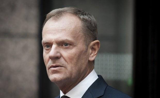 """Przewodniczący Rady Europejskiej Donald Tusk był w niedzielę w Krakowie gościem honorowym """"Wieczoru kolęd"""" Stowarzyszenia Siemacha. """"To jest ten moment, w którym trzeba powiedzieć wszystkim bez wyjątku, żebyśmy się dobrze czuli w przyszłym roku w Polsce, w Europie, niezależnie czy ktoś kogoś lubi czy nie. To chyba dzisiaj, a szczególnie w wigilię, będzie ten moment, żeby powiedzieć: odpuśćmy sobie i kochajmy się na tyle, na ile to jest możliwe"""" – powiedział dziennikarzom."""