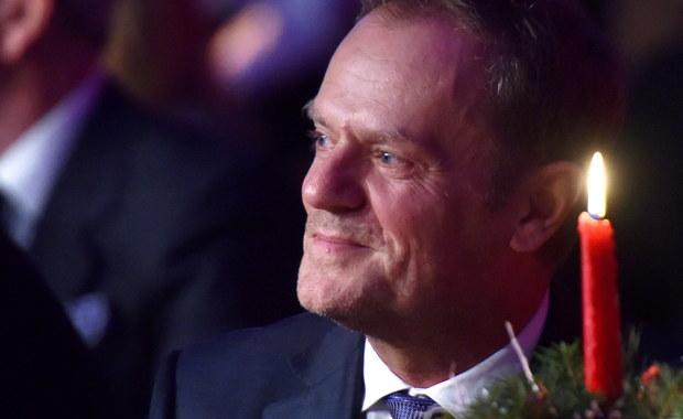 """Jak ustalił tygodnik """"ABC"""", w styczniu 2011 r. ówczesny premier Donald Tusk odmówił przyznania tzw. specjalnej renty partnerce życiowej zmarłego tragicznie w smoleńskiej katastrofie Dariusza Jankowskiego, urzędnika Kancelarii Prezydenta Lecha Kaczyńskiego. Para mieszkała razem przez 20 lat. Dla porównania - pisze """"ABC"""" - ten sam polityk dwa lata wcześniej przyznał 3,5 tys. zł specjalnego świadczenia obecnej posłance PO Henryce Krzywonos. A w sumie razem z byłą premier Ewą Kopacz rozdał 357 rządowych emerytur i rent."""