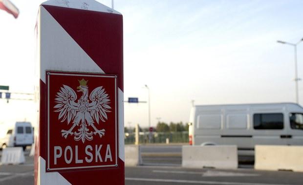Cztery osoby podejrzane o fałszowanie na wielką skalę dokumentów związanych z uzyskaniem pobytu na terytorium Unii Europejskiej zatrzymali strażnicy graniczni - dowiedział się reporter RMF FM. Strażnicy przejęli setki takich dokumentów.