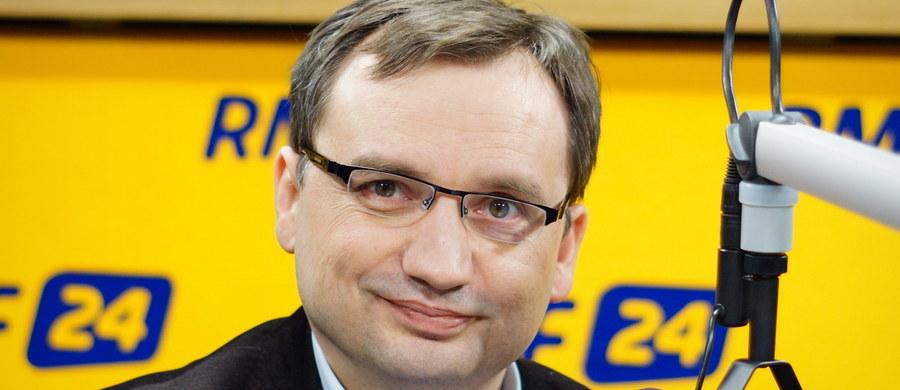 """""""Ustawa o Trybunale Konstytucyjnym jest bardzo dobra i potrzebna Polsce. Sprawi, że ostatni bastion PO, który miał blokować dobre zmiany, nie spełni zadania, o którym marzyli politycy Platformy. Ludzie, nie dajcie się robić w baranki, raczej w osiołki! PiS, dokonując rzekomego zamachu na TK, proponuje 5 sędziów, 9 dalej byłoby wybranych przez PO"""" – mówi gość Kontrwywiadu RMF FM minister sprawiedliwości Zbigniew Ziobro. Zdaniem ministra """"Platforma chciała zawłaszczyć Trybunał, a jej politycy """"dopuścili się zamachu na konstytucję, wiedząc, że przegrali wybory prezydenckie"""". Ziobro dodaje, że """"polscy sędziowie, jak pan Rzepliński, który wydawał wyroki, zanim zapadły, atakował prezydenta Dudę, są upartyjnieni"""". """"Blokowaliby 500 zł na dziecko w Polsce, blokowaliby podatek bankowy, który ma to sfinansować"""" – uważa gość RMF FM. """"Trybunał jest bastionem PO, gdzie sędziowie są wybierani z klucza partyjnego. Jest ostoją obrony złego reżimu układu sił sytych, którzy skorzystali na przemianach, a my chcemy ogromnej zmiany dla większości. Chcemy dać nie tylko sytym kotom"""" – mówi minister.  Zgromadzenie Parlamentarne Rady Europy wzywa Sejm do nieprzyjmowania ustawy o Trybunale? """"To akcja PO prowadzona przeciwko Polsce poza granicami kraju. Byłem w Parlamencie Europejskim i wiem, jak to się odbywa. Widziałem, jak robiło się nagonkę na Węgry, przy użyciu sił opozycji węgierskiej socjalistów, liberałów tamtejszych i to samo wobec nas jest podejmowane"""" – uważa Zbigniew Ziobro."""