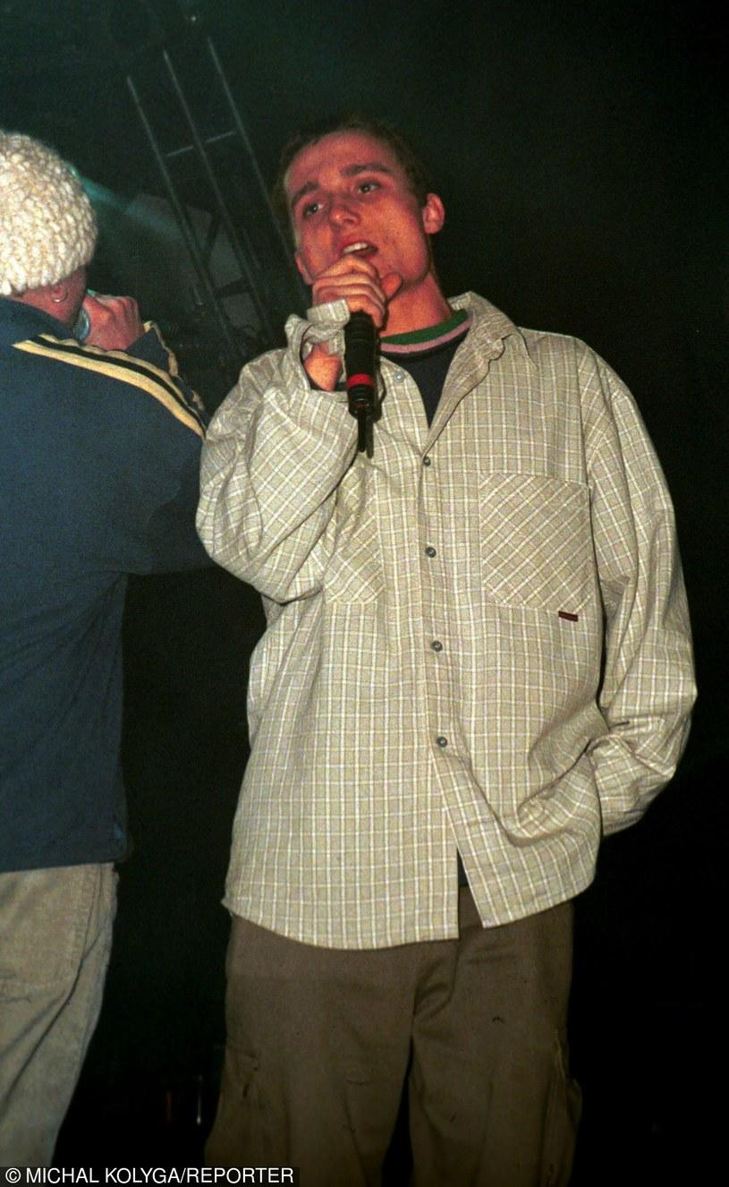 Dla większości słuchaczy hip hopu w Polsce Magik jest postacią kultową. Nie ma wątpliwości, że raper zostałby legendą również, gdyby nie postanowił skończyć ze swoim życiem w drugi dzień Świąt Bożego Narodzenia. W 15. rocznicę śmierci członka Paktofoniki warto przypomnieć sobie kilka elementów składowych, które złożyły się na jego legendę.