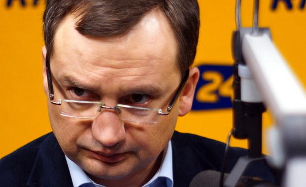 """""""Kiedy pierwszy raz w 2005 roku przekraczałem drzwi Ministerstwa Sprawiedliwości, to czułem pewne emocje i było to dla mnie przeżycie. Teraz nie było żadnych emocji i przeżycia. Wolę spędzać czas w domu, niż w resorcie, w którym przybywam regularnie do 23:00"""" – mówi gość Kontrwywiadu RMF FM, minister sprawiedliwości Zbigniew Ziobro, w odpowiedzi na pytania słuchaczy. """"Podchodzę do tego bardziej na chłodno z racji doświadczenia"""" – dodaje. """"Mam nadzieję, że profesjonalnie przeprowadzimy zmiany, które są oczekiwane przez Polaków, bo poziom zaufania do sądownictwa jest bardzo niski"""" – uważa minister. Jego zdaniem trzeba podnieść kulturę zachowania sądu, czy prokuratora wobec stron. """"Jestem zdeterminowany, żeby to zrobić"""" – deklaruje Ziobro."""